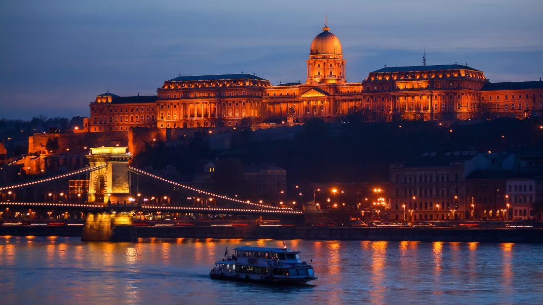 ため息ものの夜景と世界一のホテル。最上のロマンチックはブダペストにあり♡