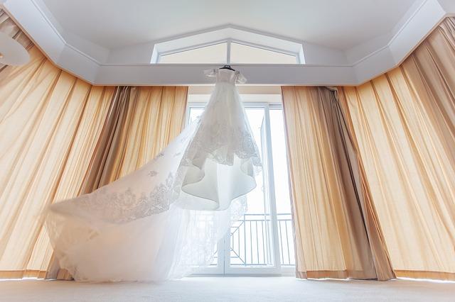 wedding-dresses-1813568_640