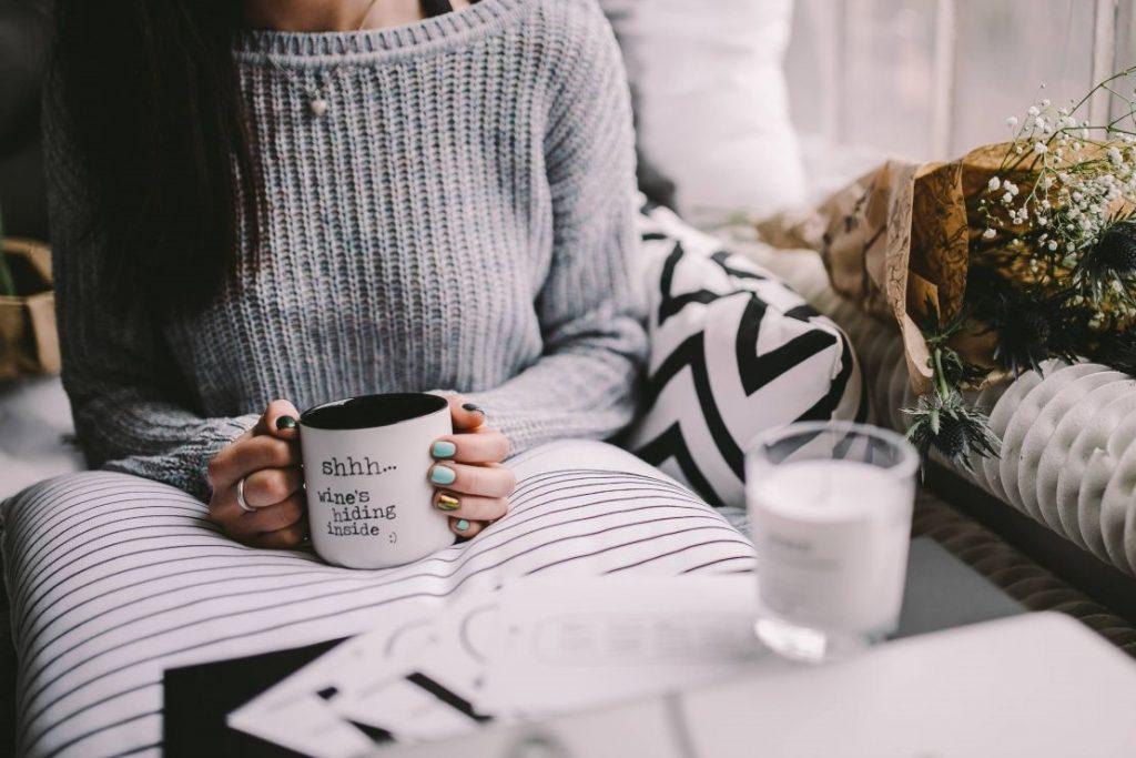 kaboompics_Girl drinking wine in her mug (3)
