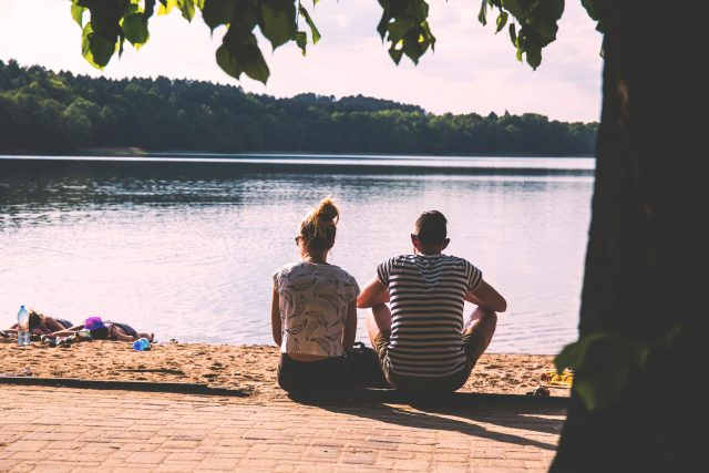 couple-lake-nature-102734