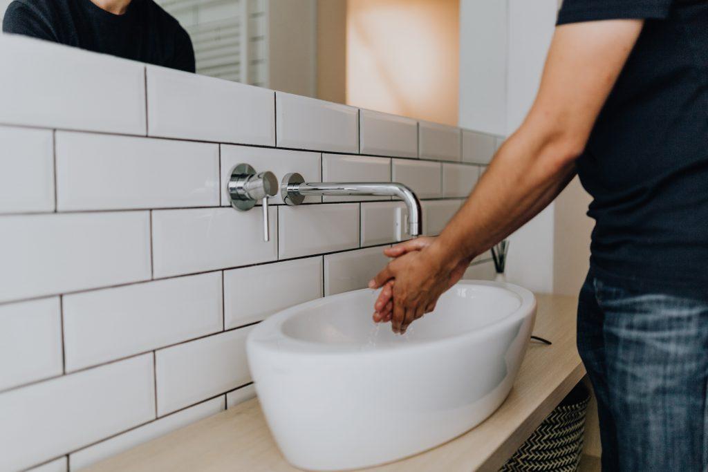 kaboompics_Washing of hands under running water