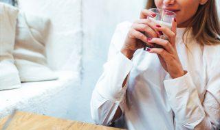 kaboompics_Beautiful woman having coffee at cafe (1)
