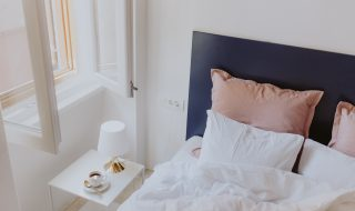 kaboompics_White bedroom interior with window, coffee and small lamp on side table