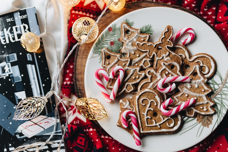 kaboompics_Christmas ornament cookies