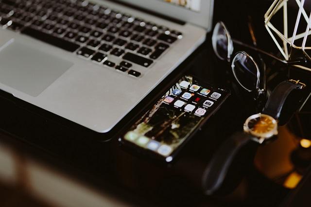 kaboompics_Elegant home office with golden accessories. MacBook, iPhone X, watch